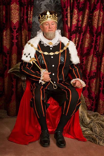 thron mit king-size-bett auf - hochkönig stock-fotos und bilder