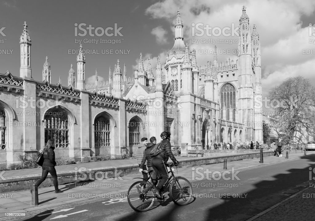 King's College, Cambridge A large imposing set of buildings in the centre of Cambridge make up King's College, Cambridge, England, UK. There are students and tourists walking and cycling past the Chapel. 2020 Stock Photo