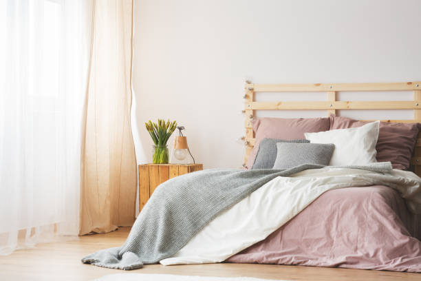 kingsize-bett im schlafzimmer - hellrosa zimmer stock-fotos und bilder
