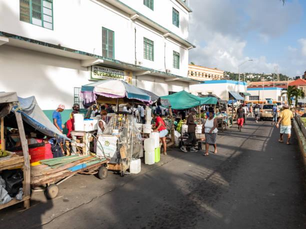kingstown, saint vincent und die grenadinen - marktverkäufer auf der straße - kingstown stock-fotos und bilder