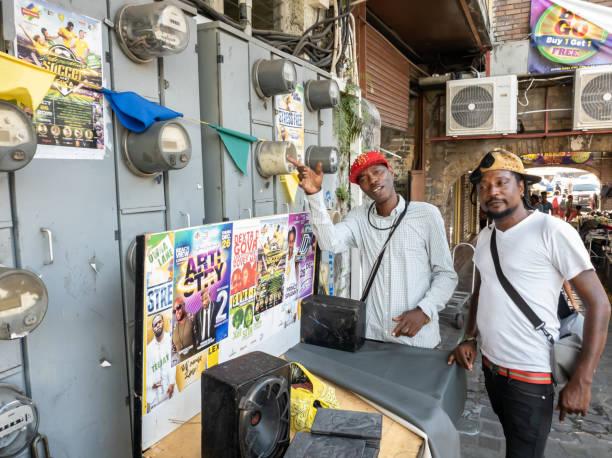 kingstown, saint vincent and the grenadines - musikverkäufer auf der straße - kingstown stock-fotos und bilder
