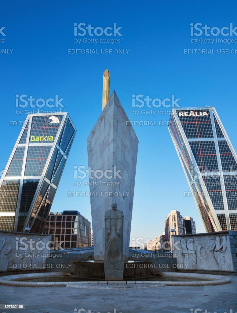 Torres Kio en el distrito financiero, en Madrid, España. - foto de stock
