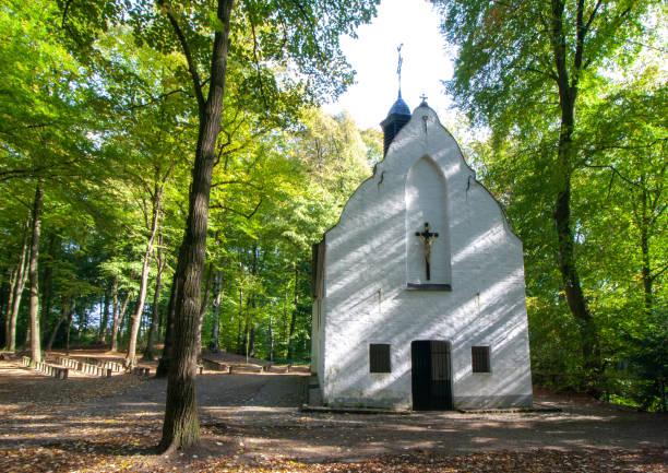 kirche im wald, kleine kapelle - trauer abschied tod stock-fotos und bilder