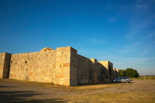 kirkgoz khan (kırkgöz han), (caravanserais) gebouwd door de seltsjoeken aan reizigers tussen de kust en hun hoofdstad in konya, gebouwd in 1230, antalya, turkije tegemoet te komen - karavanserai stockfoto's en -beelden