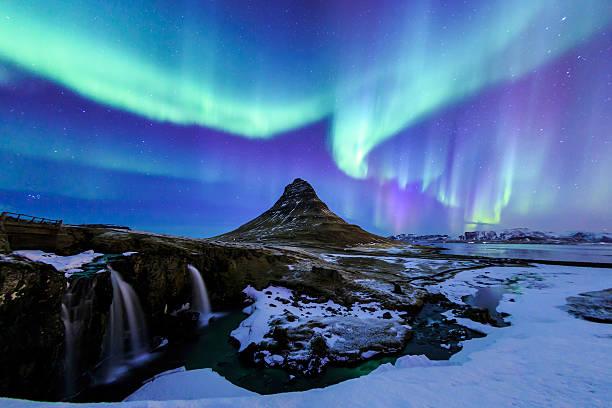 Kirkjufell とオーロラにアイスランドます。 ストックフォト