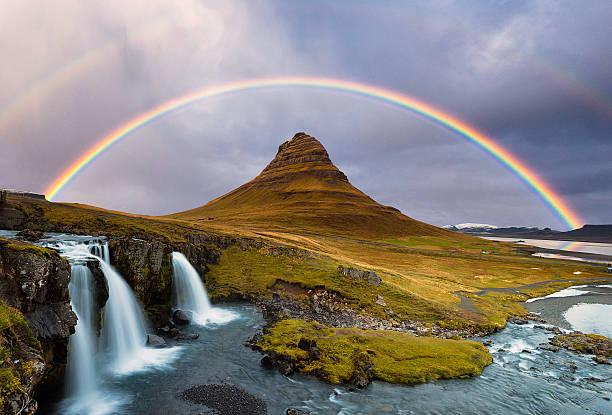 kirkjufell montagna e kirkjufellsfoss cascate contro l'arcobaleno, autunno. - arcobaleno foto e immagini stock