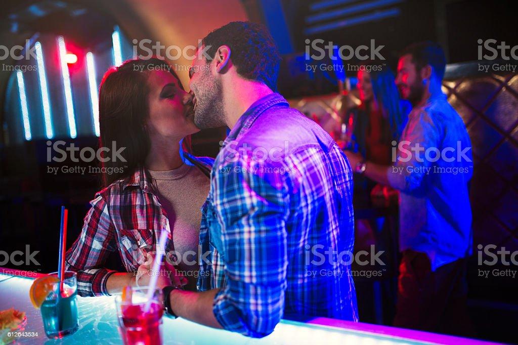Fotografía de Beso En Club Nocturno y más banco de imágenes de ...