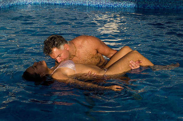 Beso en la piscina - foto de stock