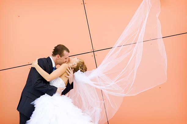 kiss von Braut und Bräutigam – Foto