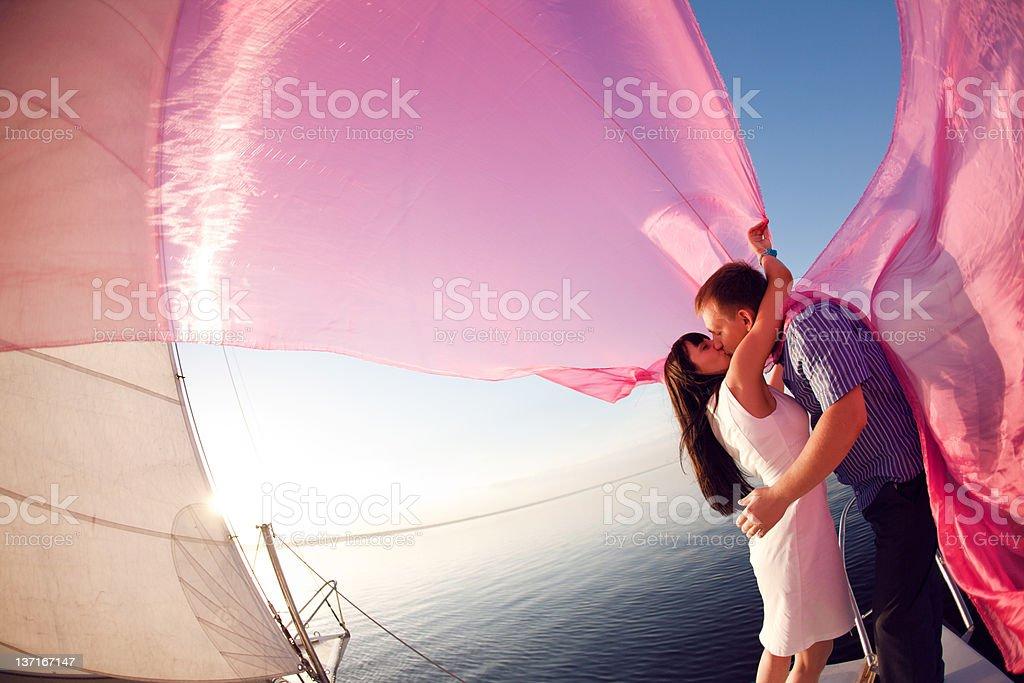 Kuss unter der Segel – Foto