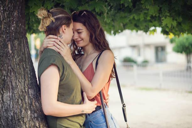 küsse unter dem baum - hipster unterwäsche stock-fotos und bilder