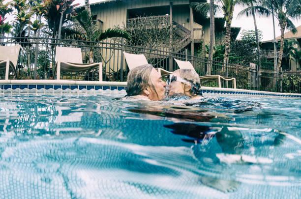 küssen und lieben im urlaub älteres ehepaar im ruhestand - sexy granny stock-fotos und bilder
