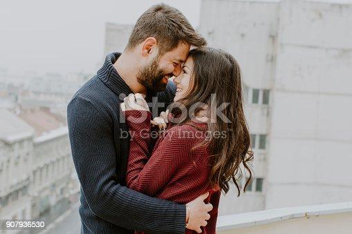 istock Kissing couple 907936530