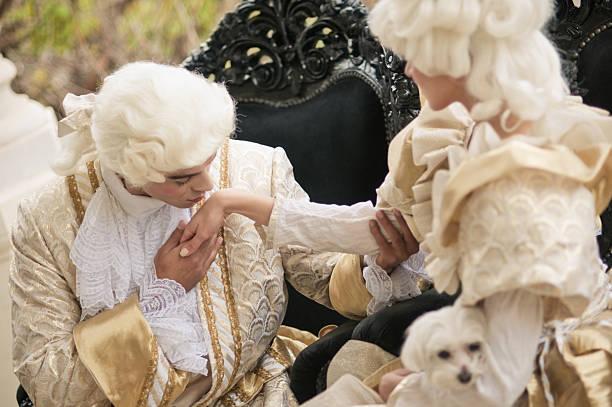 Besar la mano en el vestuario Old francesa - foto de stock
