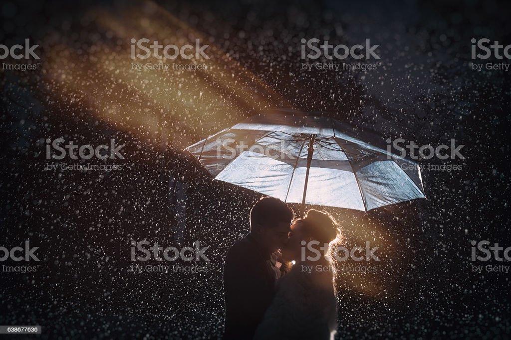 Küssen im Regen  – Foto