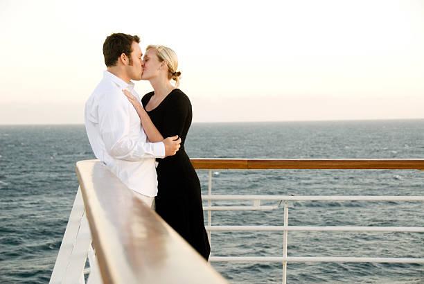 küssen auf einem kreuzfahrtschiff - versandrolle stock-fotos und bilder