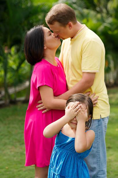 baciare i genitori - kids kiss embarrassed foto e immagini stock