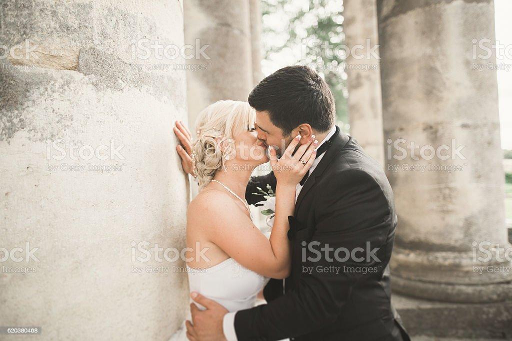 Ślub para Całować wiosną charakter Portret ze zbliżeniem zbiór zdjęć royalty-free