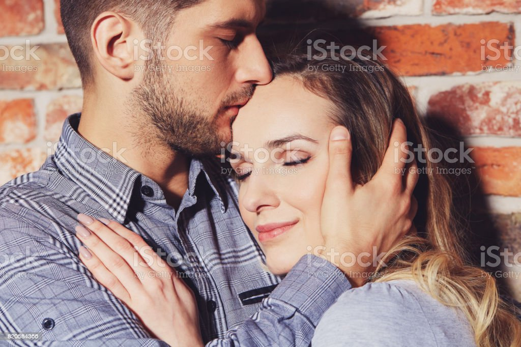 Frente de la mujer besos - foto de stock