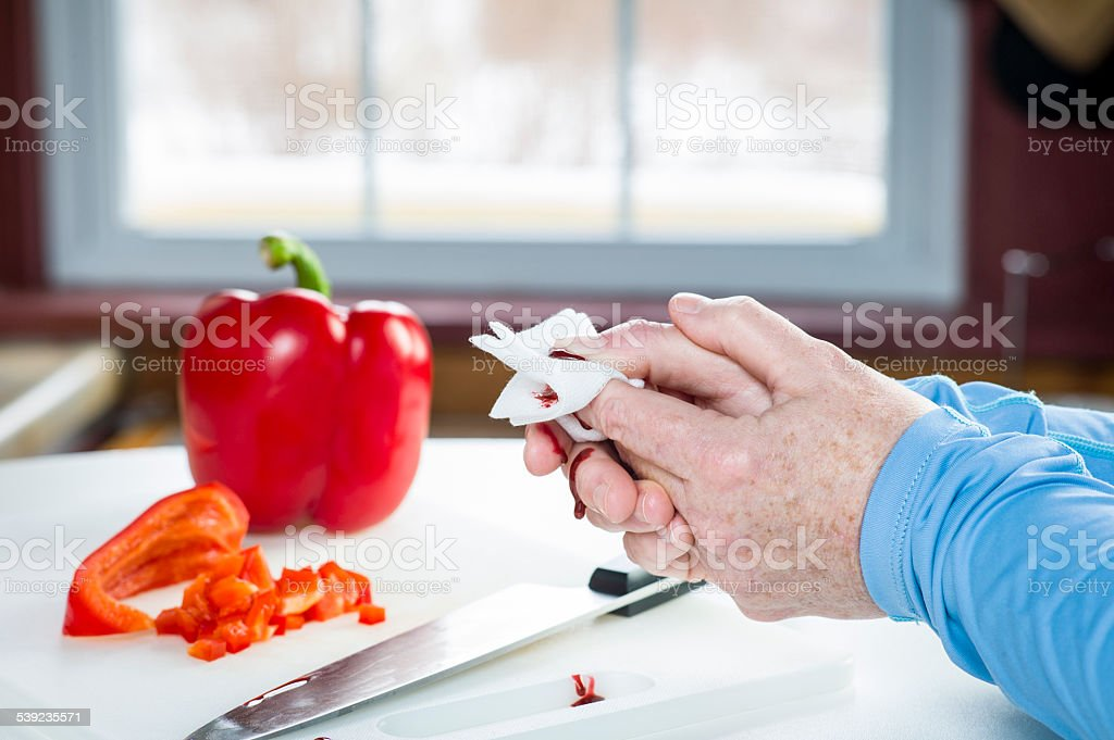Küche Unfall Mit Messer Und Blut Erste Hilfe - Stockfoto | Istock