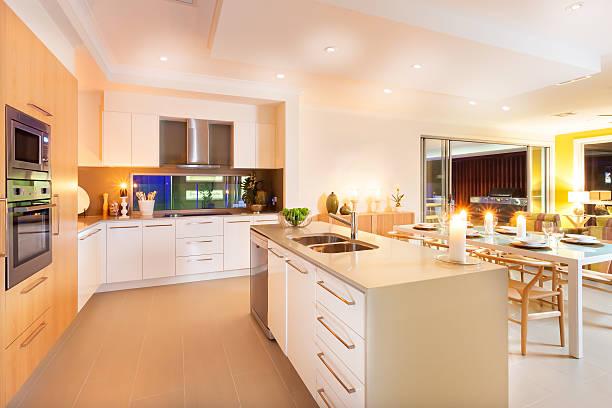 Küche und Speisebereich der von Deckenbeleuchtung und unbeliebt – Foto