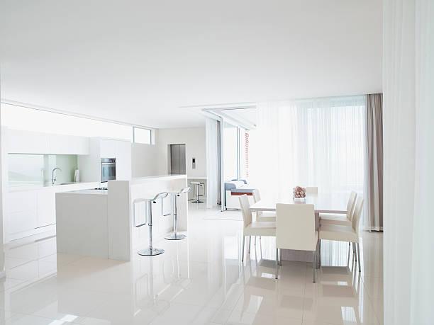 キッチンとモダンな家のリビングルーム - 天井 ストックフォトと画像