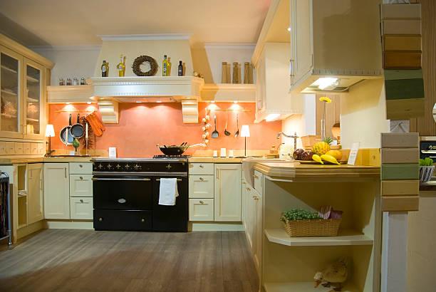 küche am abend mit licht verfügbar - backofenfenster reinigen stock-fotos und bilder