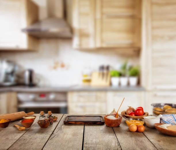 küche backen zutaten auf holztisch, bereit zum kochen gebracht. - brotschneidebrett stock-fotos und bilder