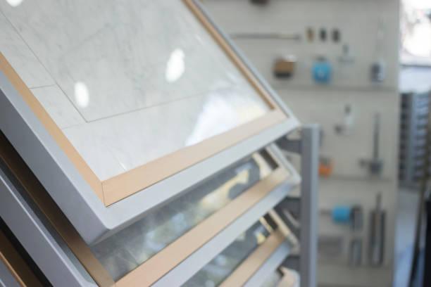 casa de banho cozinha telhas exposição showroom da nova opção de ladrilhos para pisos e paredes para construção de obras de melhoria. - porcelana - fotografias e filmes do acervo