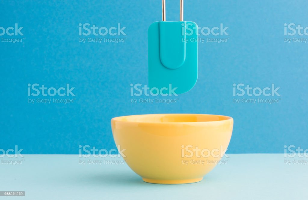 Kitchen bowl and dough scraper Lizenzfreies stock-foto