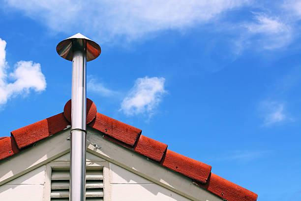 küche kamin und dach rauch - tunnelkamin stock-fotos und bilder