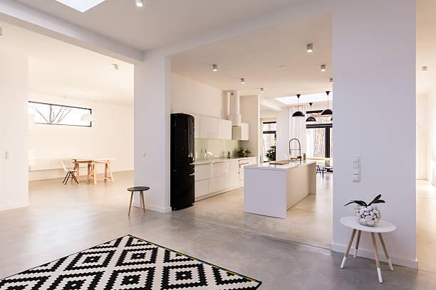 küche in verbindung mit lounge  - große wohnzimmer stock-fotos und bilder
