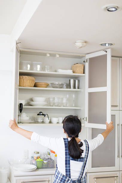 küche schränke - küchenorganisation stock-fotos und bilder