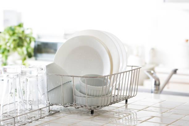 kitchen drainer rack - naczynia stołowe zdjęcia i obrazy z banku zdjęć