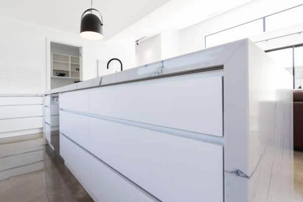 küchenschublade hautnah in luxus-haus - küche italienisch gestalten stock-fotos und bilder