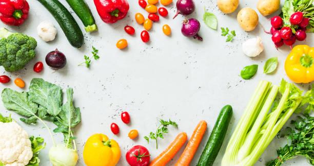 cucina - verdure biologiche fresche colorate sul piano di lavoro - flat lay foto e immagini stock