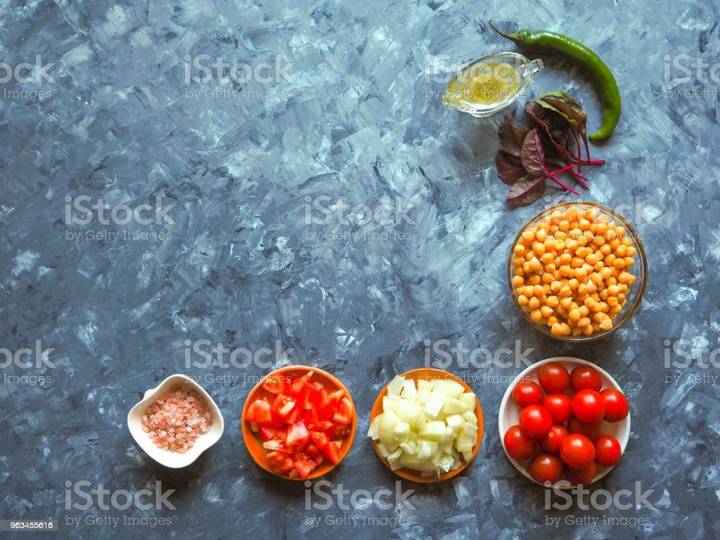 Mutfak - taze renkli organik sebze, üstten görünüm. Arka plan olarak gri taş tezgah. Serbest metin (kopya) alanı ile düzeni. - Royalty-free Beton Stok görsel