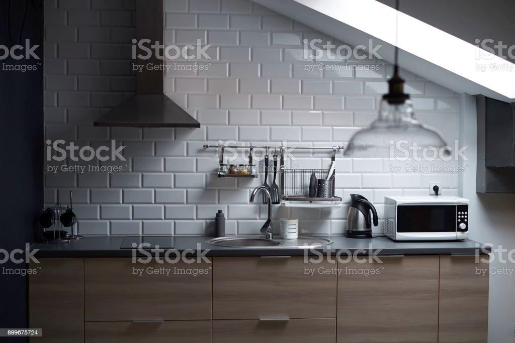 Küche Im Loftstil Mit Beton Und Backstein Wände Und Fliesen ...