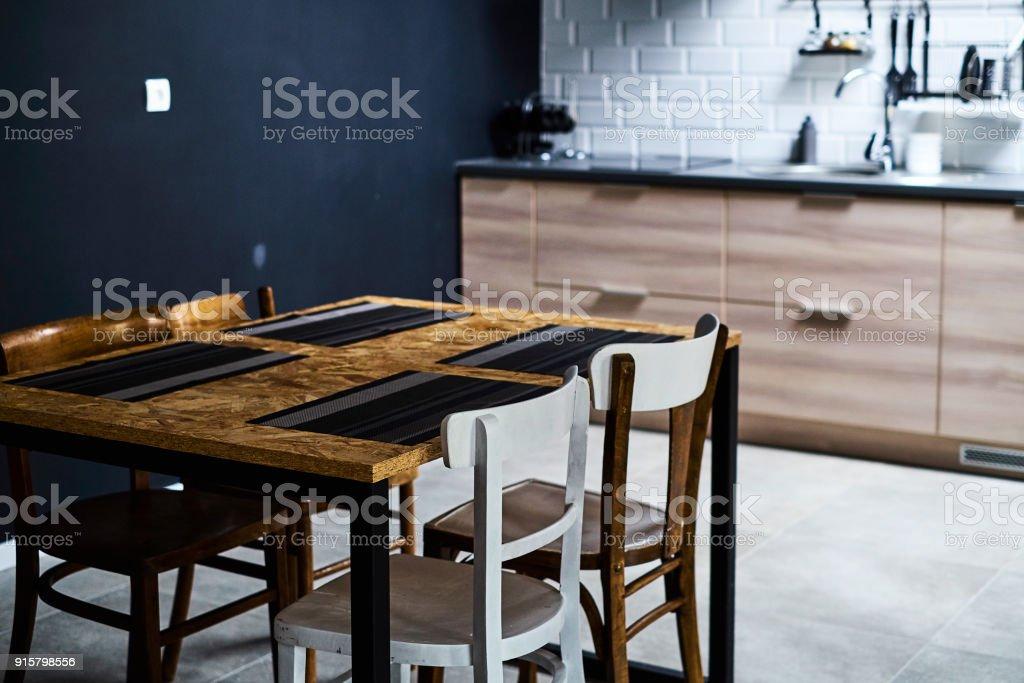 Küche Im Loftstil Mit Beton Und Backstein Wände Und Fliesen. Es Ist Ein  Schwarze Küchentisch