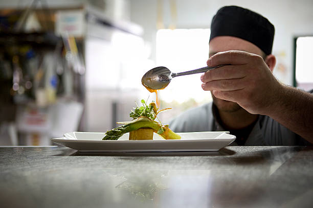 cocina en acción - comida francesa fotografías e imágenes de stock
