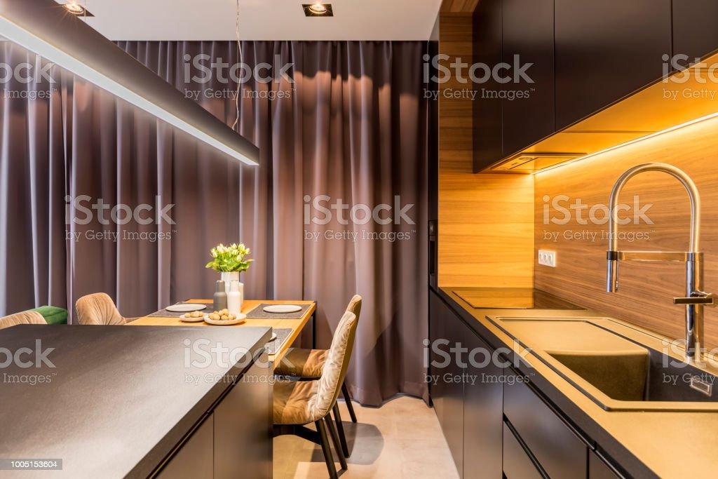 Interior De Cocina Con Muebles Oscuros Mesa De Comedor Con ...