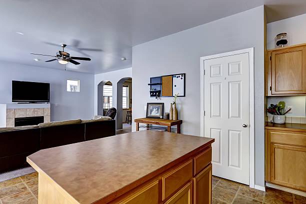 kitchen island mit braunem arbeitsplatte - hellblaues zimmer stock-fotos und bilder