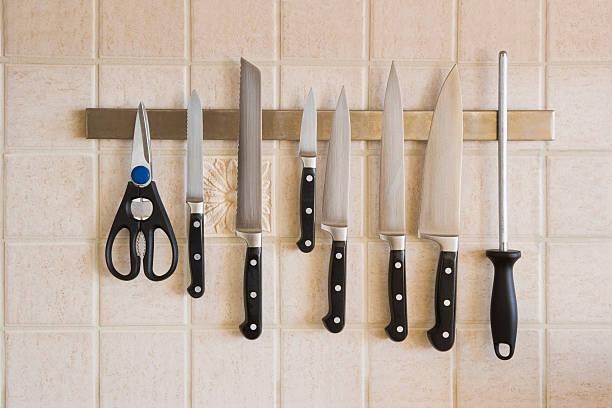 kitchen knives magnetized on the backsplash - keukenmes stockfoto's en -beelden