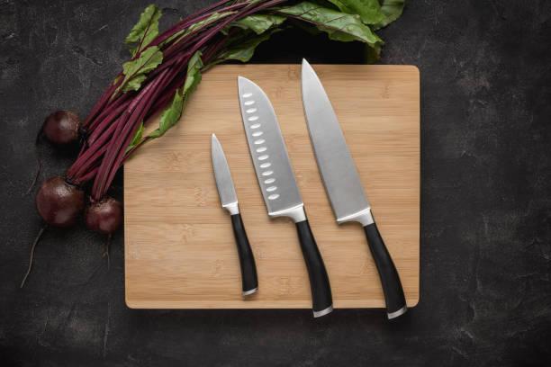 köks knivar set på trä skär bräda - bordskniv bildbanksfoton och bilder