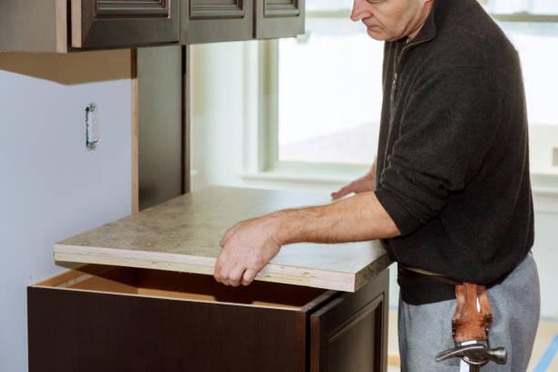 küche mit spüle, kochfeld, und teilweise insrall top küche funktioneller - laminatschränke stock-fotos und bilder