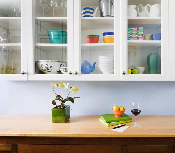 küchenorganisation, theke und schrank in home interior design - küchenorganisation stock-fotos und bilder