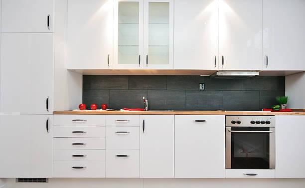 ausgestattete küche - griffe für küchenschränke stock-fotos und bilder