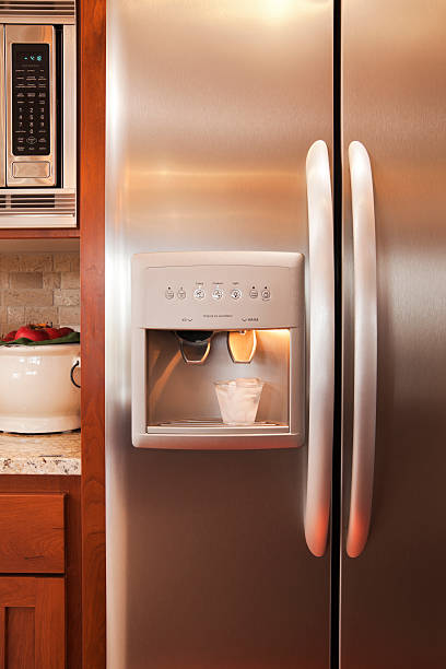 küche mit kühlschrank und mikrowelle. - geschlossene küchen stock-fotos und bilder