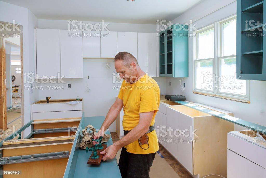 Hombre De Cocina Remodelación Hermoso Cocina Montaje De Muebles De ...