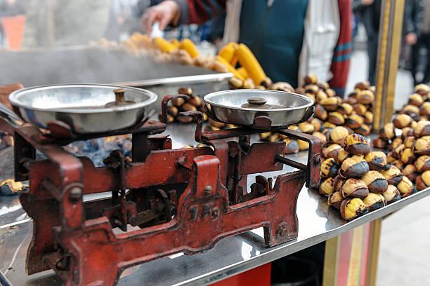 küche waage und gebratener kastanien am galata-brücke, istanbul, türkei - heisse maroni stock-fotos und bilder